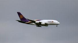 Thai Air beim Landeanflug auf Airbus Werk in Finkenwerder