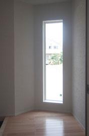 玄関ホールに通常に施行されたFIXサッシに後付けで施工します