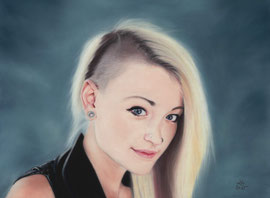 280 €  young woman, pastel on pastelmat, 29 x 39 cm, reference photo Peter McConnochie