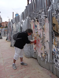 Collecte de lambeaux d'affiches à Bogota