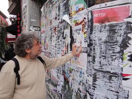 Collecte de lambeaux d'affiches à Istambul