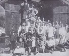 Bevölkerung mit dem ersten Spritzenhaus und der neuen Hochdruckwasserleitung - 1926