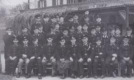 Die FF Oberlangkampfen mit Kdt. Johann Ehrenstrasser (sitzend, 6.v.l.), Ortskommandant von Langkampfen Peter Hintner rechts daneben - 1951