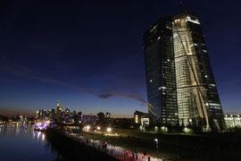 Nächtliche Skyline von Frankfurt mit EZB