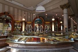 Kuchentheke im Café Toscana