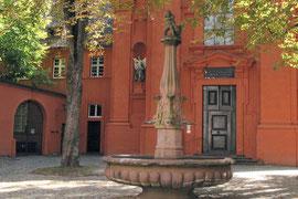 Brunnen vor dem Adelhauser Kloster