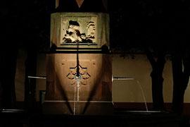 Berthold-Schwarz-Brunnen auf dem Rathausplatz bei Nacht