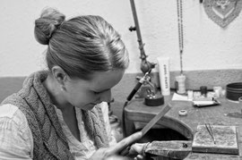 Hofgoldschmiede Martina Runge bei der Arbeit
