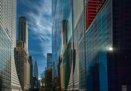 New York - Spiegelung in den Straßenschluchten Chrysler Building im Hintergrund