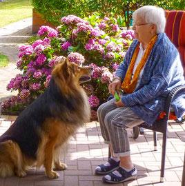 Bewohnerin mit Hund