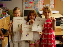 Bild 3: Strahlende Sieger der Mädchen U8: Felicia Höck, Sophie Wittenburg, Ewa Schönborn (von links nach rechts)