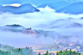 熊野の天空の城 赤木城址  周囲に民家が見える