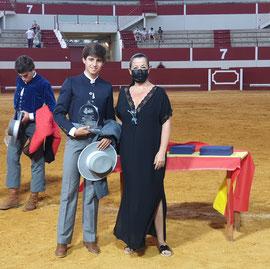 Martín Morilla, recibe el trofeo de Triunfador de manos de Dña. Carmen Cabra, 1ª Teniente de Alcalde de Utrera