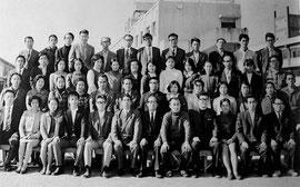 前列向かって左より谷知先生、千葉先生、芦田先生、甲良先生、小室先生、 教頭先生、校長先生、松岡先生、若原先生、金平先生、古賀先生