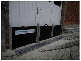 Batardeau-porte-garage-protection-anti-inondations-3 palplanche placés devant un grand portail de garage