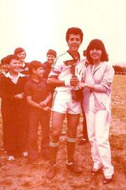 Foto 2-Recogiendo trofeo Santiago con algunos alevines de fondo no recuerdo los nombres