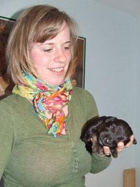 Theresa freut sich, wiedereinmal mit Welpen zu kuscheln.
