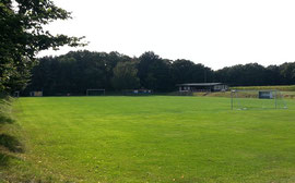 Fußballplatz von der Straße aus