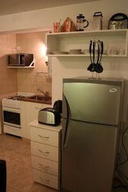 Heladera con freezer, microondas, tostador, hervidor, vajilla completa