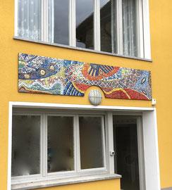 Onde gioiose a Brè, 2020, mosaico in vetro e pietre naturali, (Casa privata, Lugano Monte Brè - CH)