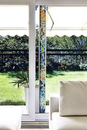 La colonna della gioia, 2010, mosaico in vetro e pietre naturali, 10 x 205 cm, (Casa privata, Morbio Inferiore - CH)