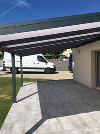 un abri terrasse pour profiter de l'extérieur,  avec sa toiture en polycarbonate elle pourra se transformer en pergola fermée garce aux vitrages coulissants.