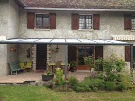 Une couverture de terrasse qui s'intregre parfaitement, un abri installé par Pergola des 2 Savoie entre Chambéry et la Tour du pin 38.