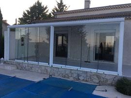 Composée d'une structure fine et contemporaine en aluminium, avec des parois vitrées coulissantes pour garder toute la lumière dans votre habitat