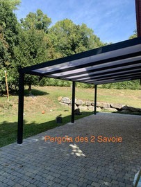Une pergola de qualité, garantie 10 ans installée dans le jardin est décorative et apporte de l'ombre à un salon extérieur.
