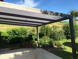 Comme un prolongement de la toiture de votre maison, réalisable si votre pergola est adossée. Une solution qui donne une belle harmonie.