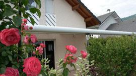 Au milieu des fleurs, la pergola jardin d'hiver bohème ou cosi? Au Pays du Lac d'Aiguebelette