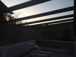 La pergola en aluminium résiste très bien aux conditions météorologiques, ne craint ni la pluie ni le vent et est un matériau recyclabe et durable. Réalisé par Pergola des 2 Savoie à St Alban de Montbel dans l'avant pays savoyard 73.
