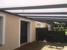La toiture en polycarbonate, c'est le choix d'un matériau résistant, esthétique et qui laisse entrer la lumière. Pour l'entretien, un balai brosse doux et de l'eau savonneuse suffisent.