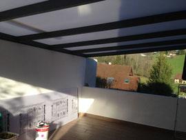 une structure surmontée d'une toiture en polycarbonate, protège tantôt de la pluie, tantôt du soleil et laisse pénétrer la lumière en hiver.