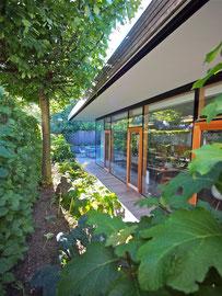 Holzbau Bikinibüro Widnau: Fensterfassade zum Grünen