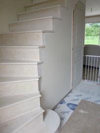 le même escalier habillé pierre en cours restauration