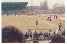 Ein Ordner schiesst den ball zu Bernd Franke