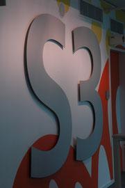 Buchstaben aus eloxiertem Alu geschnitten und auf Wandabstand montiert