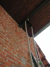 Scheunenrad unter dem Dachvorsprung