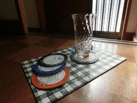 クロム鞣し白画像プリントの上に花瓶