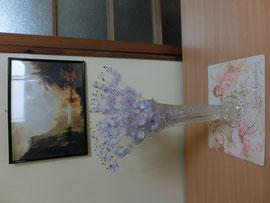 クロム鞣し白プリント革に 花瓶をのせてみました