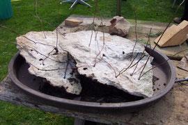Schräges Einbringen der Platten in die Schale durch Unterfütterung, Haltedrähte einziehen