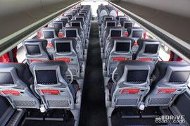 56-местный салон рассчитан на лимузинный комфорт. Кресла стоят с явным запасом места, а в спинке каждого из них установлен 9'' экран мультимедийной системы. Для зарядки гаджетов в салоне есть 28 розеток. Естественно в наличии полноценный кухонный блок