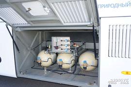 Газ хранится в  7 металлических баллонах в композитной оплетке по 120 л каждый. 4 из них размещены в багажном отсеке, а еще 3 в батарее на крыше. Результат такого размещения – маленький багажник (2,5 м3), но пониженный центр тяжести