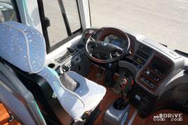 Как вы уже заметили, в автобусе активно используются аляповатые вставки «под дерево», от которых мы уже успели отвыкнуть. Это дань первому «российскому» экземпляру. Впереди серьезная доводка под наши реалии, которую китайцы проводят примерно за месяц