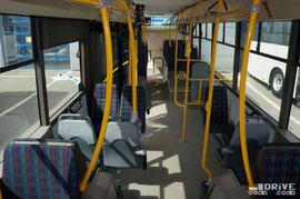 Салон на 100% низкопольный. Максимальная заявленная пассажировместимость - 88 человек. Сидячих мест – 28, из них 4 полуторных и 6 «социальных». Напротив 2-й двери есть накопительная площадка, она же место для коляски