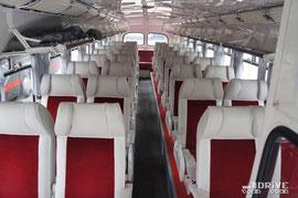 Автобус оснащен действительно мягкими креслами для 32 пассажиров. Габариты – 10 200х2700х3000мм. На ЗИС 127 используется 6,9-литровый, 180-сильный 2-тактный двигатель ЯМЗ и 4-ступенчатая механическая КП