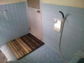 シャワールーム  シャンプー、リンス、ボディーソープ完備。使用時間は7:00~22:00でお願いします。