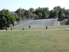 Terrain de tennis libre d'accès