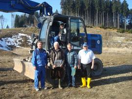 von links nach rechts: Herren Adamitz, Walter, Superson, Hüttl, im Bagger Herr Ehmer